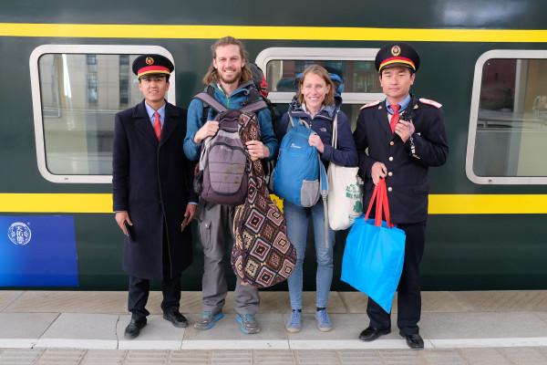 Bei unserer Abfahrt aus Lhasa in Tibet eskortieren uns zwei chinesische Bahnmitarbeiter zum Zug  (Retrieved from www.eins2frei.com)