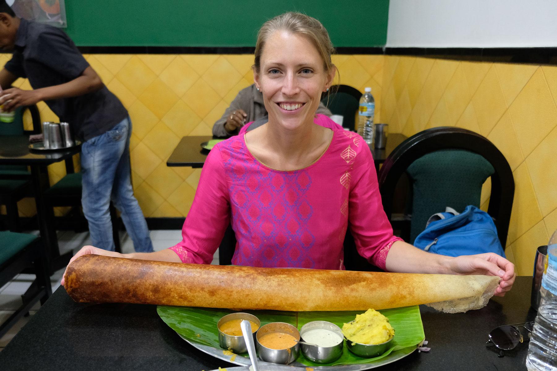 Unser Lieblingsessen in Indien ist Paper Masala Dosa, ein salziger Pfannkuchen, der mit Kartoffelcurry gefüllt ist. (Retrieved from www.eins2frei.com)