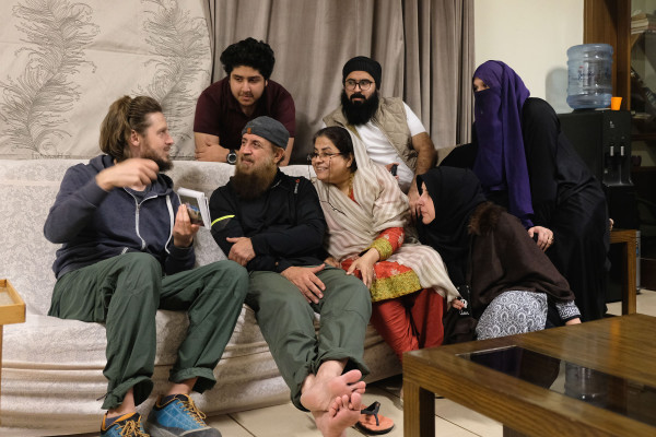 In Islamabad werden wir von einer Familie eingeladen, der Sebastian anhand von Fotos aus unserem Leben in Deutschland erzählt (Retrieved from www.eins2frei.com)