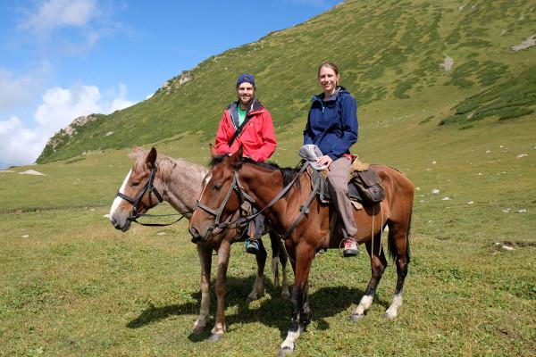 Bei einer viertägigen Pferdetour in den Bergen Kirgistans lernen wir wie man reitet (Retrieved from www-eins2frei.com)