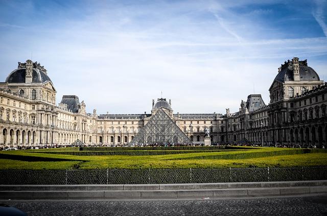 Louvre von außen (Retrieved from Pixabay - LNLNLN)