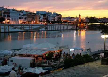 Río Guadalquivir (Fluss) im Sonnenuntergang