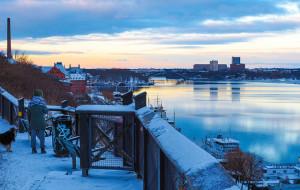 Sonnenaufgang über dem Meer, Stockholm im Hintergrund und Vordergrund
