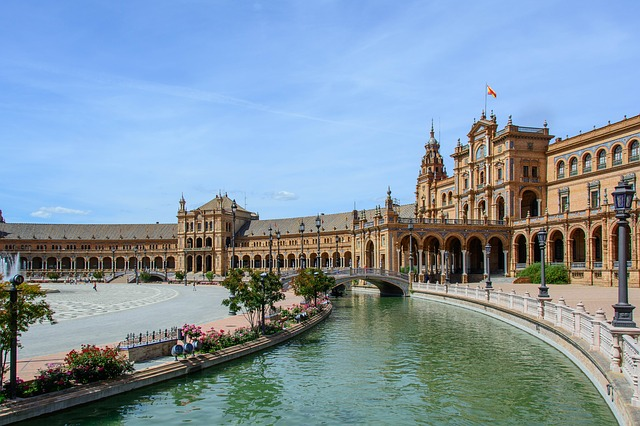 Plaza de España (retrieved from: pixabay - bogitw)