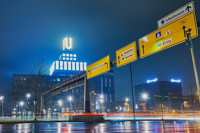 U-Turm beleuchtet bei Nacht