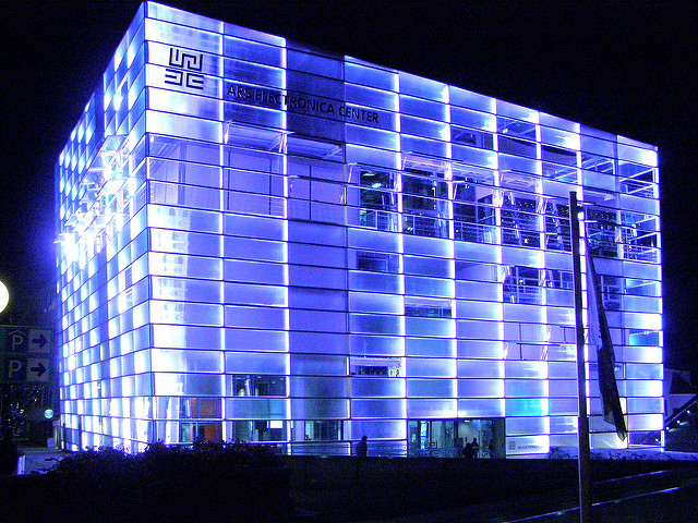 Ars Electronica Center bei Nacht (retrieved from: flickr - Joe Shoe)