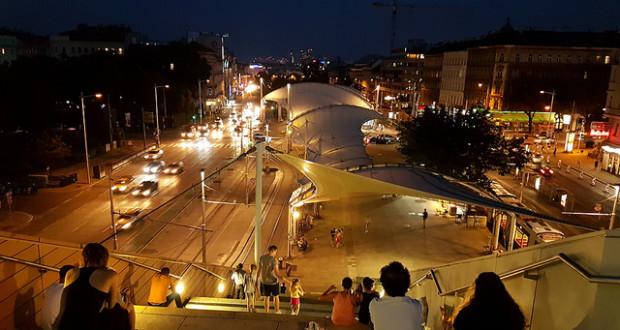 Tramstation bei Nacht