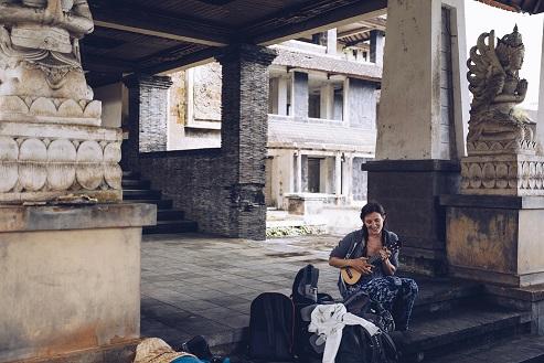 Petra beim Ukulele spielen auf Recherche reise Bali