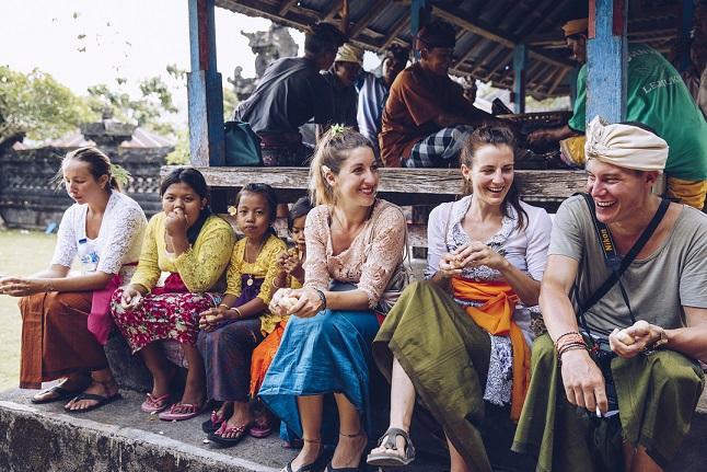 Petra und Melissa bei einer balinesischen Zeremonie